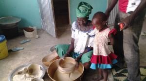 Yvonne et sa grand mère préparent le couscous