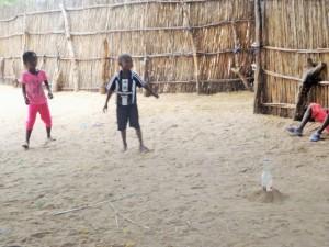 Joseph joue au ballon prisonnier